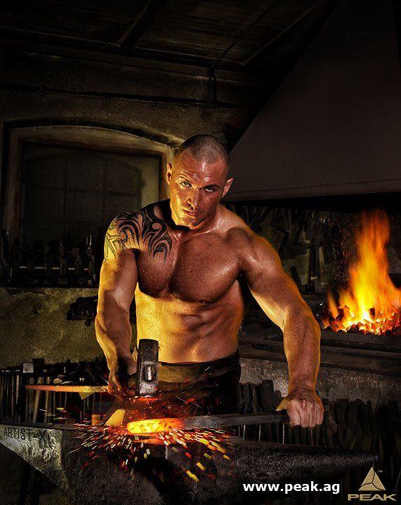"""""""Eisen kalt und hart, im Feuer schmeidig wart!"""" Holger hat das Konzept zu HBN geschmiedet. Nun muss es nur noch abgeschreckt werden!"""