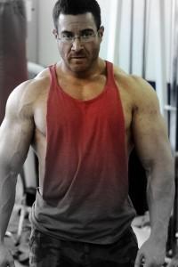 """Auf Kiefer geht eine interessante Weiterentwicklung der Anabolen Diät mit Intermittent Fasting Komponenten zurück, die er nach der Ursprungsidee """"Carb Back-Loading"""" nannte - das Wiederaufladen leerer Muskelspeicher nach dem Workout."""