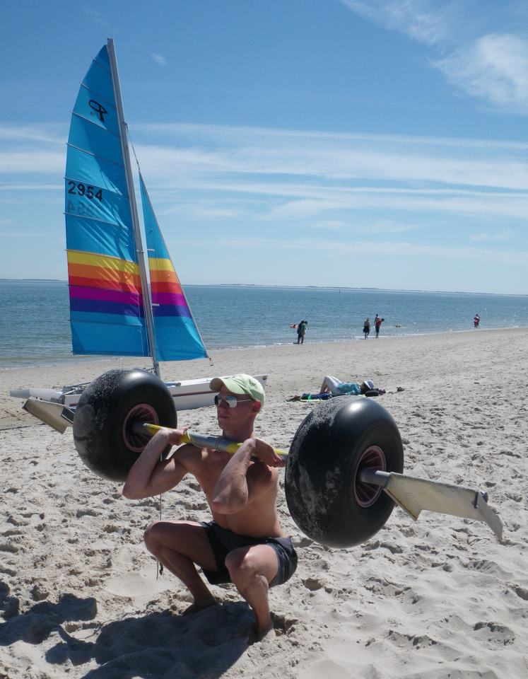Sonne, Strand und ... Krafttraining. Geht nicht? Geht doch, wie man unschwer erkennen kann. Man muss nur ein wenig flexibel sein.