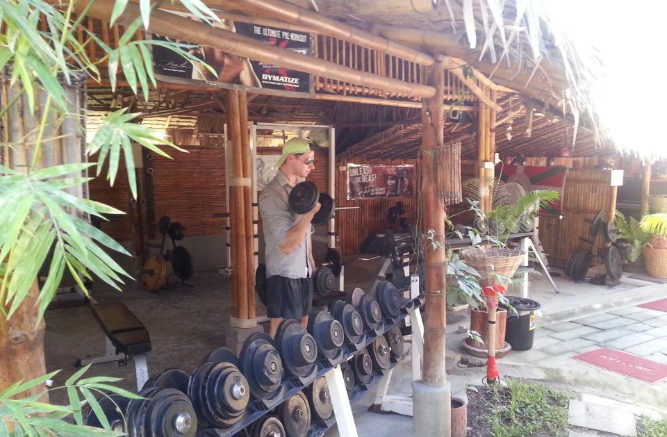 Erst an den Kokospalmen liften, spärer dann paar´ Cocktails stiften - oder so. Im Paradies trainiert es sich jedenfalls super, wie man sehen kann und Kurzhanteln gibt es auch zu genüge.