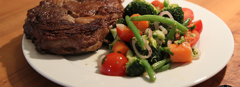 Rib-Eye Steak mit lauwarmen Gemüsesalat