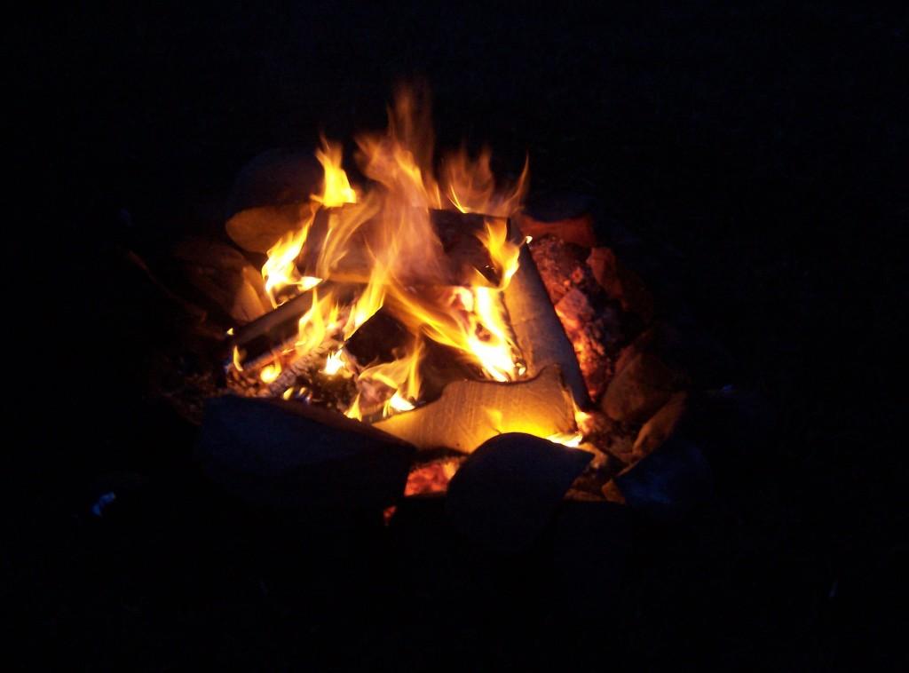 Früher war es einfacher: Natürliche Licht, etwa Feuer, besitzt ein ganz anderes Farbspektrum, als künstliche Lichtquellen. Die Melatoninproduktion wird weniger stark beeinflusst. (Bildquelle: Wikimedia.org / F.A. MacDonald / CC Lizenz)