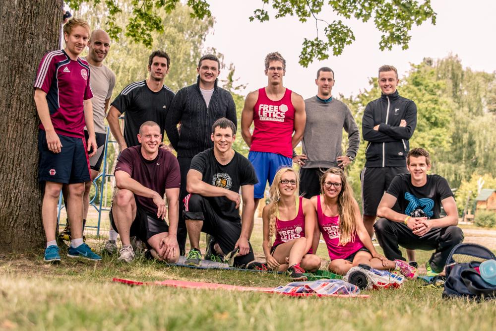 Auch das Gemeinschaftsgefühl darf nicht auf der Strecke bleiben: Wie auch beim CrossFit, so herrscht bei Freeletics ein starker Zusammenhalt - man trainiert in der Gruppe und unterstützt sich gegenseitig.