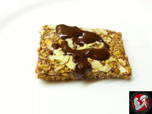 Selbstgemachter Proteinriegel mit dunkler Schoko_2 © Tacosfitnessblog