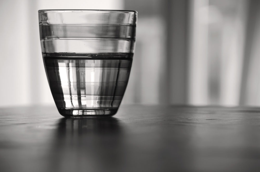Ist das Glas leer oder ist es halb voll? (Bildquelle: Flickr / Ulisse Albiate ; CC Lizenz)