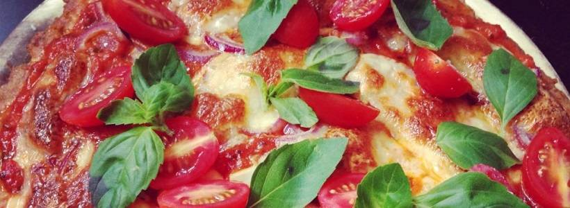 Tomate-Mozzarella Low Carb Pizza mit Thunfischboden