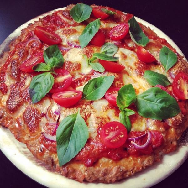 Tomate-Mozzarella Low Carb Pizza mit Thunfischboden