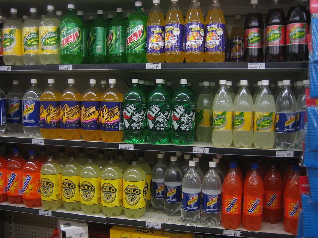 Abb. 4: Zuckerhaltige Getränke sind im Bezug auf das Risiko insulinintolerant zu werden vor allem deshalb gefährlich, weil der Zucker noch schneller ins Blut gelangt als es bei Schokolade, Plätzchen und Co der Fall wäre. Das liegt übrigens nicht am Fett, sondern schlichtweg daran, dass der Zucker noch aus dem Speisebrei gelöst werden muss (Bildquelle: Wikimedia / Liftarn/SMC ; CC Lizenz)