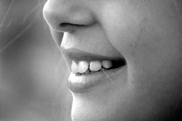Für die Zahngesundheit: Wer heile Zähne liebt, der sollte säurehaltige Softgetränke meiden - insbesondere im Kindesalter