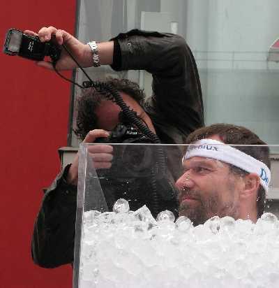 """Der Expertenmodus: Wim Hof (auch genannt """"Iceman"""") bei einem Eis""""bad"""" (Bildquelle: Wikimedia / Flickr / Aad Vilerius ; CC Lizenz)"""