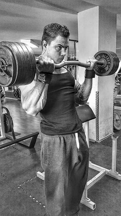 Natural Athlet Patrick Teutsch beim Curl