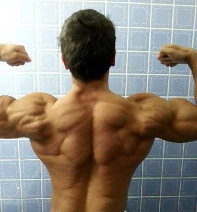 Patrick Teutsch beim Rückenposing in Spiegel