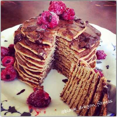 Espresso-Peanut Butter Pancakes mit Himbeeren