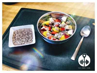 Leckerer Obstsalat mit körnigem Frischkäse