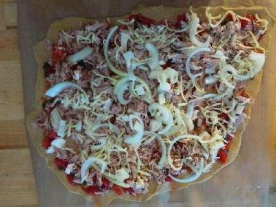 Die erste Pizza mit Belag (noch ungebacken!)