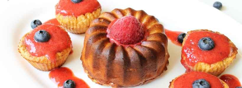 Bananen-Muffins mit Erdbeersauce