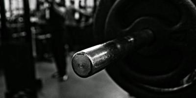 Kraftsport & Krafttraining: Über die Diskrepanz zwischen Wissenschaft und Praxis in den Krafttrainingsmethoden