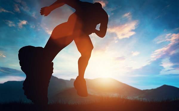Schnelligkeit mag vielleicht in einem gewissen Rahmen mit Genetik zusammenhängen, doch das bedeutet nicht, dass du sie nicht trainieren und dich massiv verbessern kannst. In unserem Super Sprint Workout Leitfaden erfährst du, wie es richtig geht!