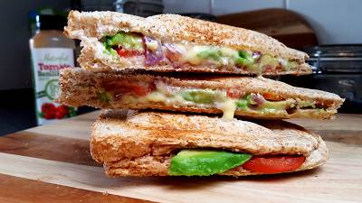Avocado-Käse-Sandwich mit Tomate & Basilikum | Snackmahlzeit