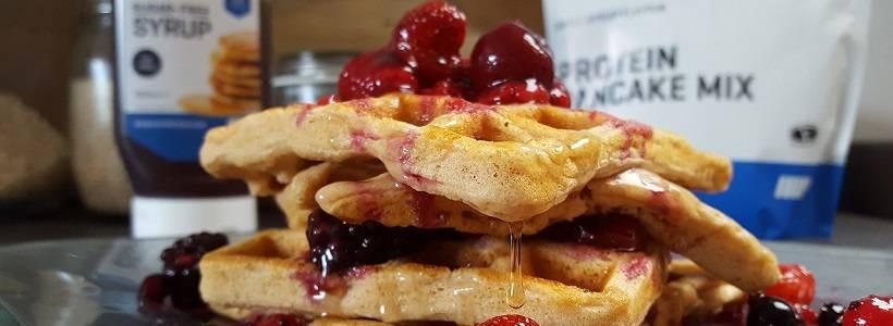 Vanille Waffeln mit heißen Beeren | Dessert Rezept
