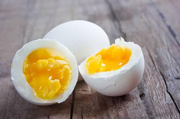 Du hast bis dato das Eigelb von Eiklar getrennt? Lass es sein! Damit entgehen dir nicht nur die wertvollen Vitalstoffe des Eis, sondern auch Cholesterin - ein anaboler Faktor des gesättigten Fettes.
