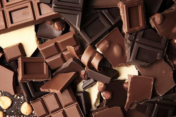 """Schokolade ist nicht gleich Schokolade. Die meisten Produkte enthalten kaum bis geringe Mengen an Kakao, doch um in den """"Genuss"""" der gesundheitlichen Vorteile zu gelangen, solltest du stattdessen zur dunklen Schoki mit hohem Kakaoanteil greifen."""