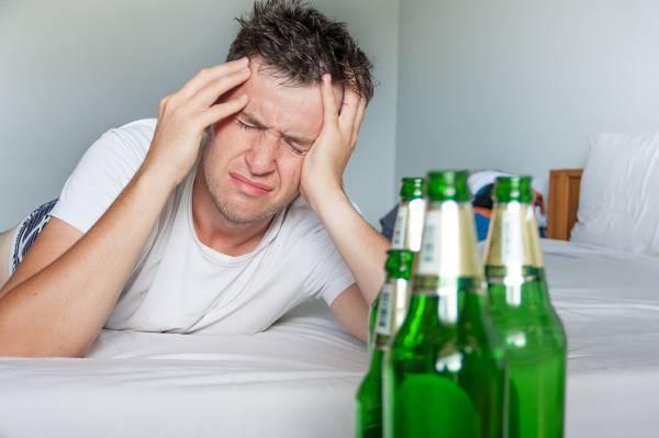 Zu tief ins Glas geschaut? Hier und da mal ein Gläschen Wein oder eine Flasche Bier ist durchaus in Ordnung. Schlecht wird es dagegen, wenn du dich regelmäßig aus dem Leben schießt.