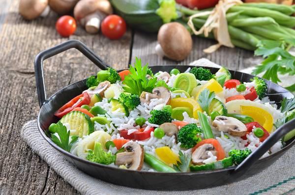 Das Intermittent Fasting eignet sich insbesondere für all jene Diäthaltende und Trainierende, die gerne REICHLICH essen. Statt, wie sonst üblich, mehrere kleine Mahlzeiten am Tag zu sich zu nehmen, werden es 1-2 Große. Dies funktioniert nicht nur ausgesprochen gut, sondern ist zudem auch gesund, da es deinem Verdauungstrakt eine längere Pause gönnt.
