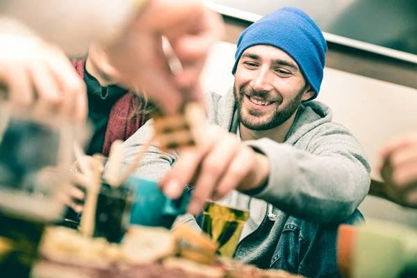 """Nichts fühlt sich so gut an und entspannt, wie eine gesellige Runde bei gutem Essen. Auch als """"Hardcore""""-Athlet oder Diät'ler musst du nicht jedesmal auf alles verzichten. Du solltest nur bewusstere Entscheidungen treffen."""
