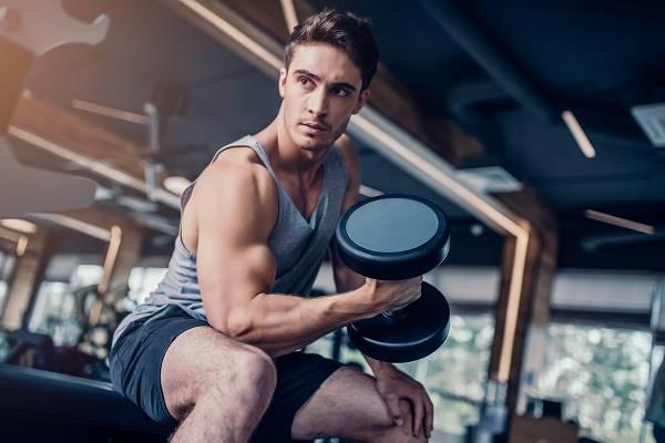 Was passiert eigentlich in der Muskulatur nachdem wir trainiert haben? Feine Mikrorisse sind nichts weiter, als innere Verletzungen des Körpers. Dies ruft das Immunsystem auf den Plan - es findet eine Entzündungsreaktion statt, deren Ziel die Reparatur der beschädigten Muskelfasern ist. Diese Entzündungsreaktionen sind erwünscht, da sie den Muskel stärker wiederaufbauen.