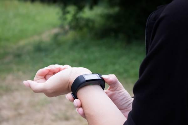 Pedometer (Schrittzähler) sind eine kostengünstige Methode, um die durchschnittliche körperliche Aktivität abseits des Sports im Auge zu behalten und zu quantifizieren. Und wenn du erst 6.000 Schritte gelaufen bist, weißt du auch, was du am Abend noch zu tun hast: Einen kleinen Spaziergang!