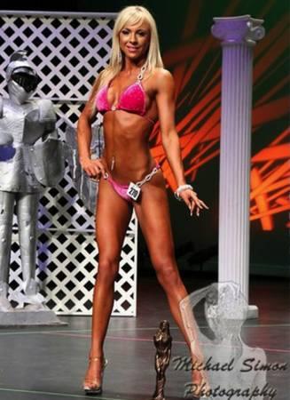 Kniebeugen und Kreuzheben haben Erin McComb keine breitere Taille beschert. (Bildquelle: Bret Contreras)