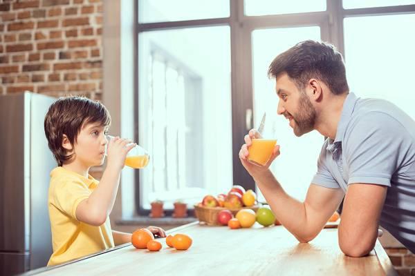 Abnehmtipps: Zuckerhaltige Getränke, dazu gehören Limonaden aber auch Säfte, haben in einer Diät keinen Platz. Kalorie für Kalorie machen sie weniger satt, was dazu beiträgt, dass es schwieriger wird, eine Kalorienrestriktion aufrechtzuerhalten. Du nimmst ganz einfach mehr Kalorien über den Tag verteilt zu dir.