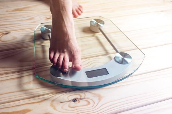 Abnehmtipps: Aller Anfang ist schwer. Indem du dir realistische Ziele setzt - und diese wiederum in kleinere Teilziele aufsplittest - kannst du entsprechende Erfolgsmomente feiern, die dich bei der Stange halten. Je nach Konstitution und Lifestyle ist eine Gewichtsabnahme von 0,5 - 1 kg pro Woche realistisch. In der Regel nimmt man zu Beginn sehr schnell ab, doch wenn du dauerhaft viel an Gewicht verlierst, kann es sein, dass du vermehrt Muskulatur abbaust!