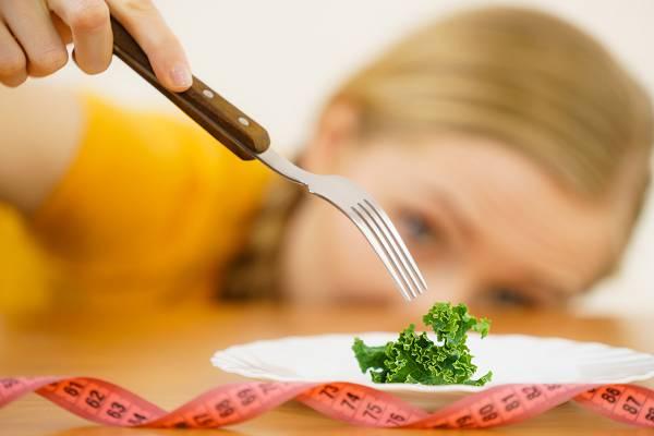 """Abnehmtipps: Das sogenannte """"Grasen"""" oder """"Snacking"""" kann mitunter zermürbend sein, weil du nie wirklich satt (und zufrieden) wirst. Vorteile bringt es dagegen oft kaum, denn entgegen populärer Meinungen beschleunigen viele kleine Mahlzeiten und Snacks den Stoffwechsel nicht."""