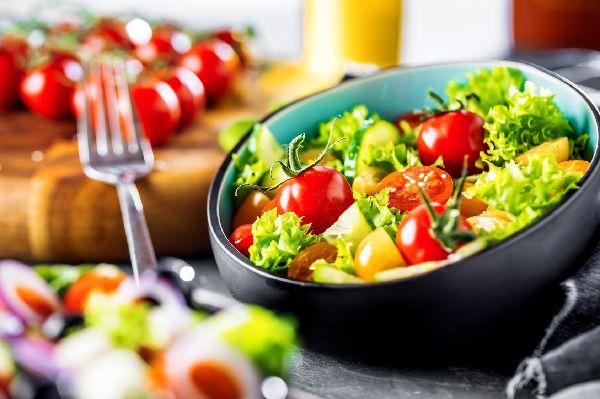 Abnehmtipps: Wasserhaltige und volumenreiche Produkte, wie z.B. Gemüse, liefern dir größere Mengen an Ballaststoffen, was du für längere Zeit satt macht (und damit den Hunger während einer Diät in Schach hält).
