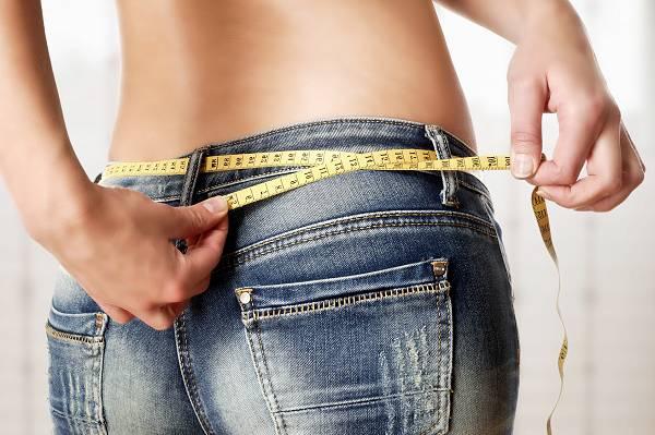 """Abnehmtipps: Es gibt viele Ernährungsformen und Diäten, die dir dabei helfen können ein Kaloriendefizit langfristig aufzubauen, aber nicht jeder von uns kommt mit Ansatz X oder Methode Y so gut zurecht, wie andere. Daher gilt: Experimentiere und finde eine Diät, die für dich praktikabel ist. Das Einhalten der Richtlinien (""""Adhärenz"""") ist einer der wichtigsten Faktoren, wenn es um das erfolgreiche Abnehmen geht!"""