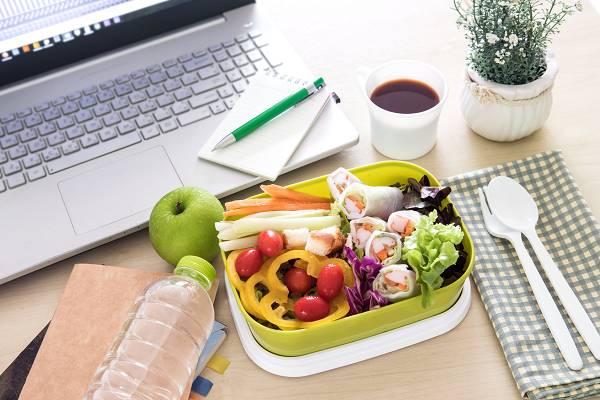 Abnehmtipps: Schneller satt werden mit diesem einen Trick ... fokussiere dich zu Beginn einer Mahlzeit stets auf Gemüse und Protein.
