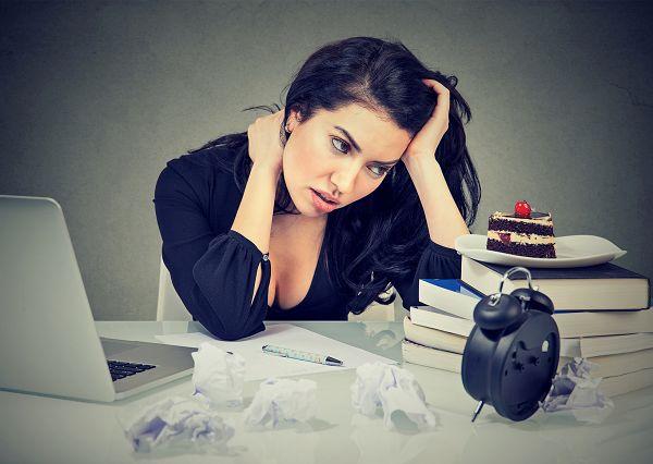 """Jeder kennt diese Situation: Wenn du dich bereits aufraffen und zusammenreissen musst, um Deadlines einzuhalten, dann bleibt oft nicht mehr genug Willenskraft, um der süßen, ungesunden Versuchung zu widerstehen. Ist die Willenskraft im Zuge stressiger Entscheidungen aufgebraucht, spricht man auch von einer sogenannten """"Ego Depletion."""""""
