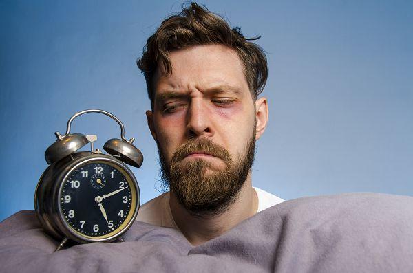 """Stress ist ein integerer Bestandteil des Lebens und auch wenn es schwierig ist, ihn abends gezielt zu vermeiden, solltest du es doch versuchen, ihn zu begrenzen bzw. abzubauen. Wie wäre es es z.B. mit Meditation oder ein wenig Aktivität als """"Ventil""""?"""