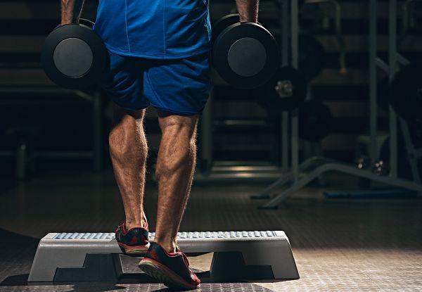 Es muss nicht immer das schwerste Gewicht sein, welches du für den Aufbau der Waden verwendest. Mithilfe spezieller metabolischer Techniken, kannst du die Wadenmuskulatur mit minimalem Equipment effektiv trainieren.