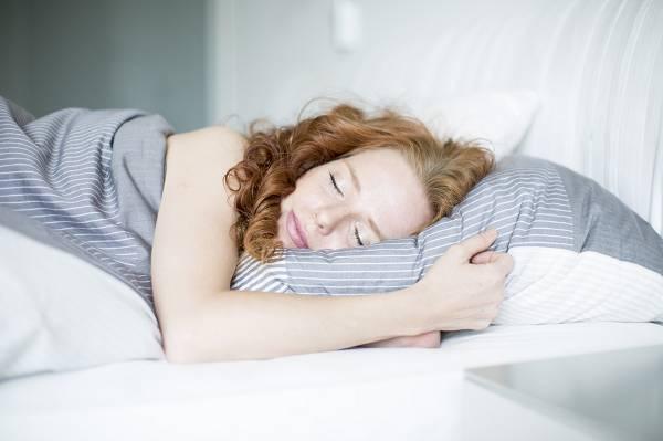 Was die Schlafhygiene betrifft, stehen dir viele Möglichkeiten zum Experimentieren offen. Gestalte dein Schlafzimmer so, dass es dir eine optimale Möglichkeit bietet, um ruhig und entspannt ein- und durchschlafen zu können.