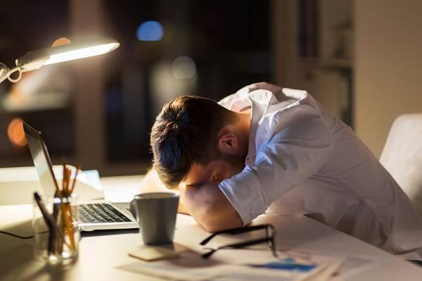 Gehörst du auch zu jenen Menschen, die permanent gestresst sind? Kein Wunder - wenn du du die Nahrungszufuhr streng begrenzt und dazu noch massig aerobes Training durchführst, fühlst du dich irgendwann nicht nur müde, sondern auch ausgebrannt. Das wäre ja nocht auszuhalten, wenn die Ergebnisse wenigstens für sich sprechen würden, oder ...? Chill mal!
